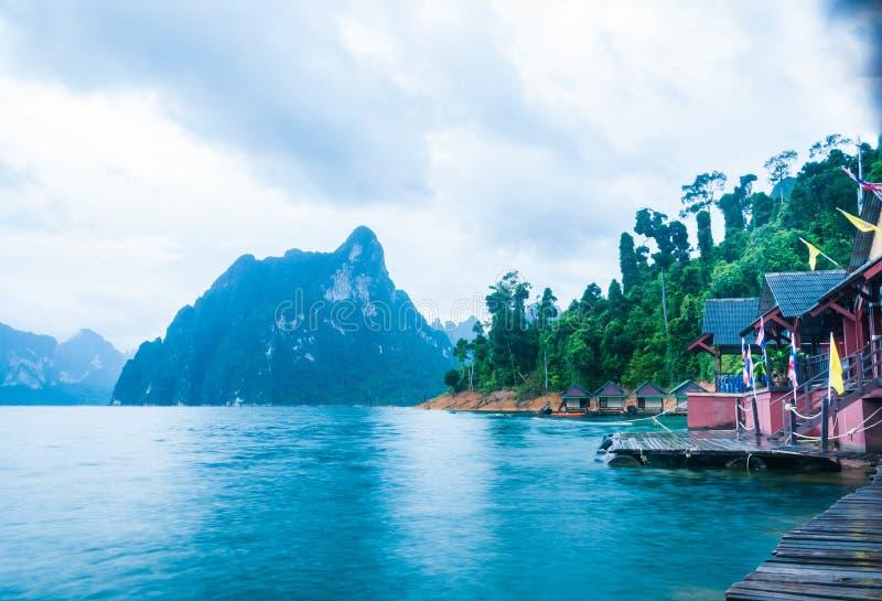 Εξοχικά σπίτια και βουνά όχθεων της λίμνης στοκ εικόνες με δικαίωμα ελεύθερης χρήσης