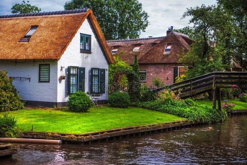 Εξοχικά σπίτια κατά μήκος του καναλιού σε Giethoorn στοκ εικόνα