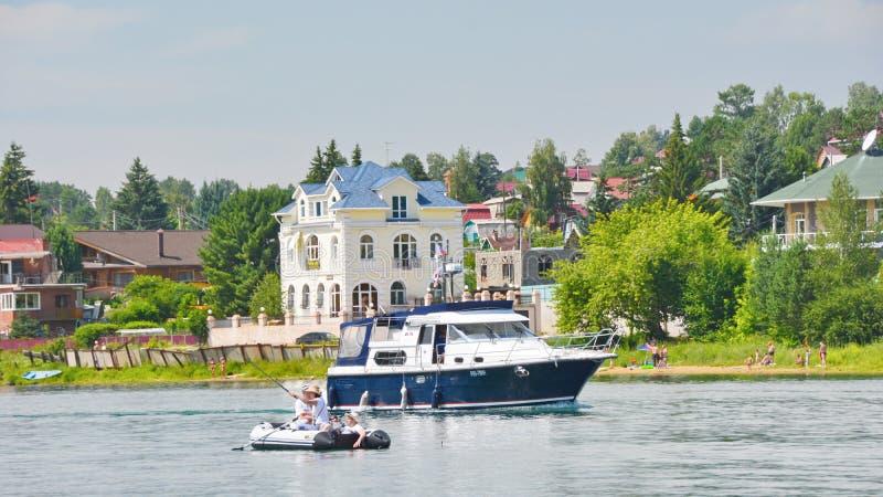 Εξοχικά σπίτια στην ακτή της δεξαμενής του Ιρκούτσκ στον ποταμό Angara στοκ εικόνα με δικαίωμα ελεύθερης χρήσης
