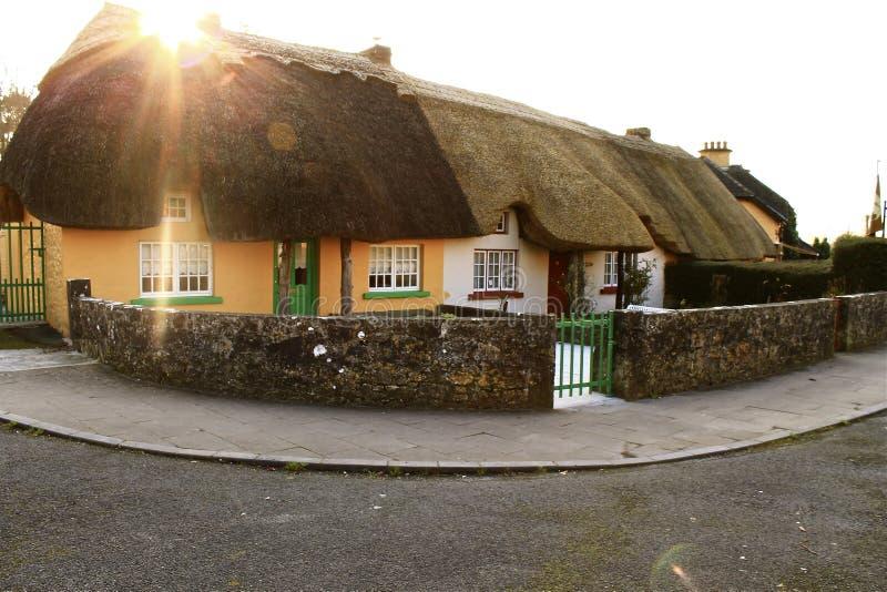 Εξοχικά σπίτια Thatched στην ιρλανδική επαρχία στοκ φωτογραφία