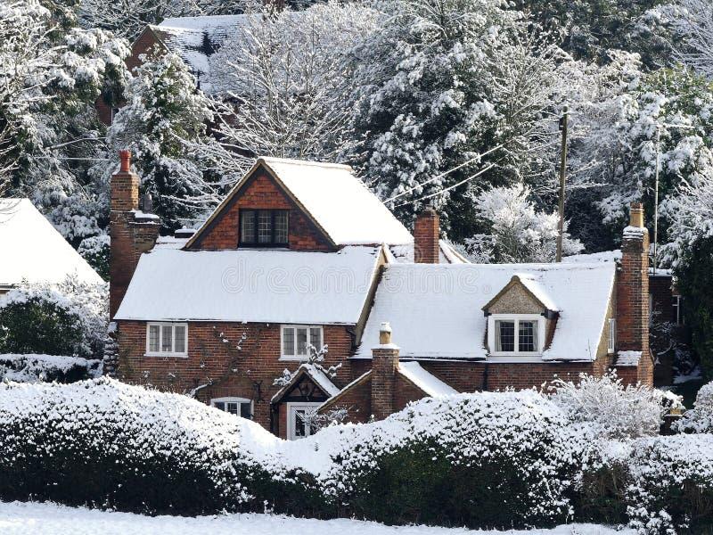 Εξοχικό σπίτι αστυφυλάκων, πάροδος ρείθρων σκυλιών, Chorleywood στο χειμερινό χιόνι στοκ εικόνες
