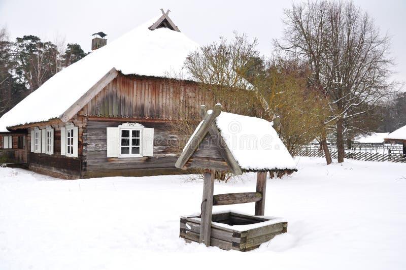 εξοχικό σπίτι καλά ξύλινο στοκ εικόνες με δικαίωμα ελεύθερης χρήσης
