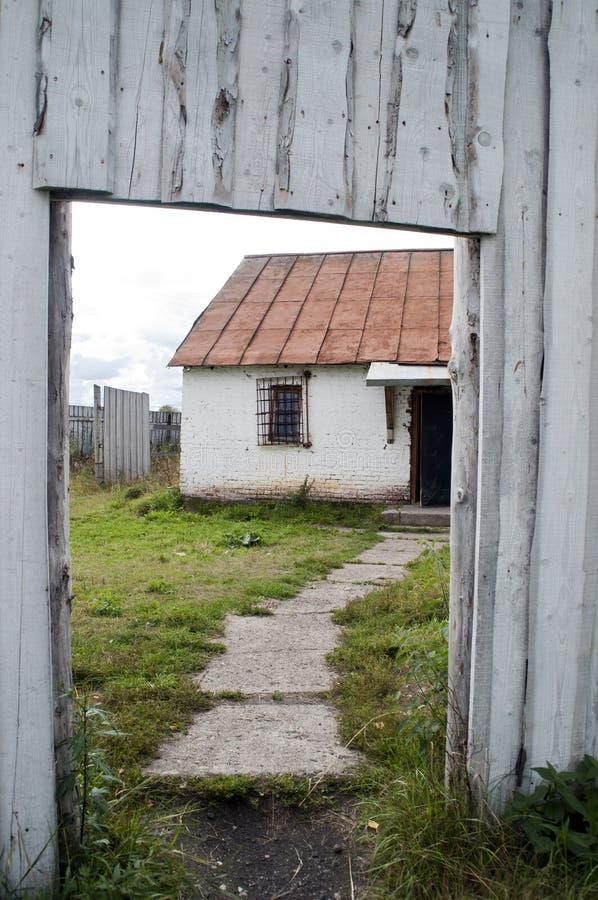 Εξοχικό σπίτι μέσω της ανοικτής πύλης σε perm-36 Gulag στοκ εικόνα με δικαίωμα ελεύθερης χρήσης