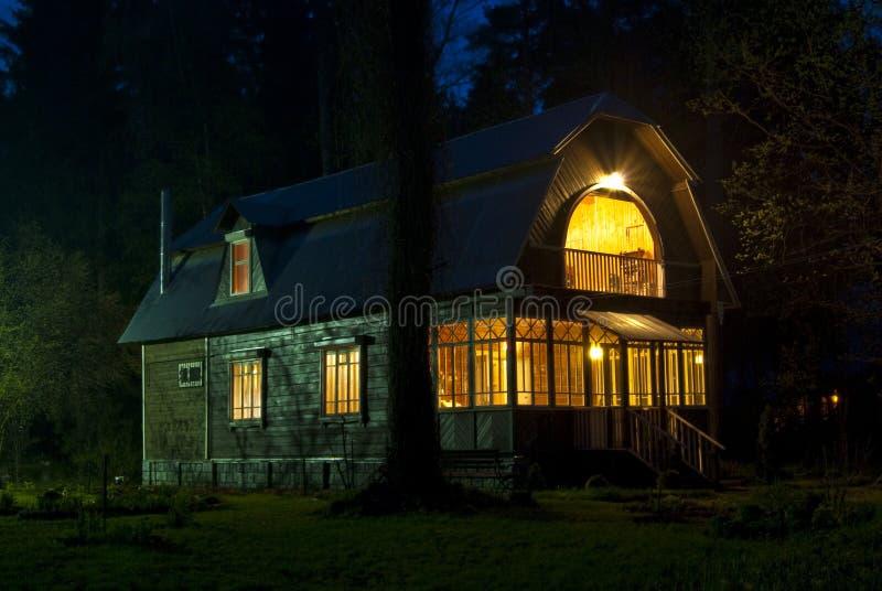 Εξοχικό σπίτι στο δάσος στοκ εικόνες με δικαίωμα ελεύθερης χρήσης