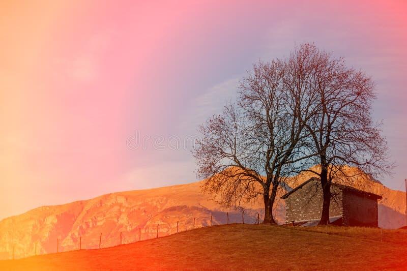 Εξοχικό σπίτι στο ηλιοβασίλεμα στοκ φωτογραφίες με δικαίωμα ελεύθερης χρήσης