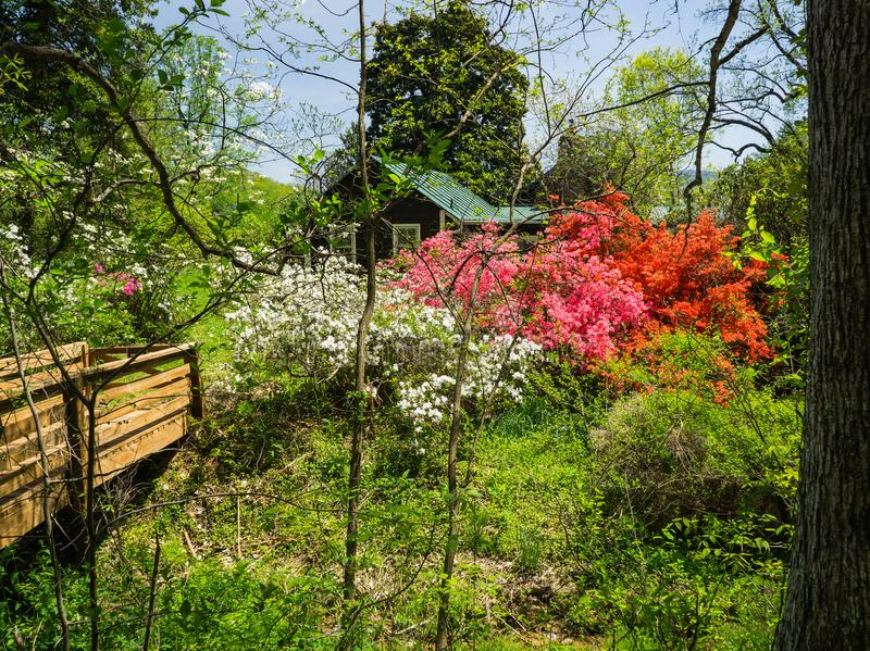 Εξοχικό σπίτι Caretaker's σε έναν κήπο βουνών στοκ φωτογραφίες με δικαίωμα ελεύθερης χρήσης
