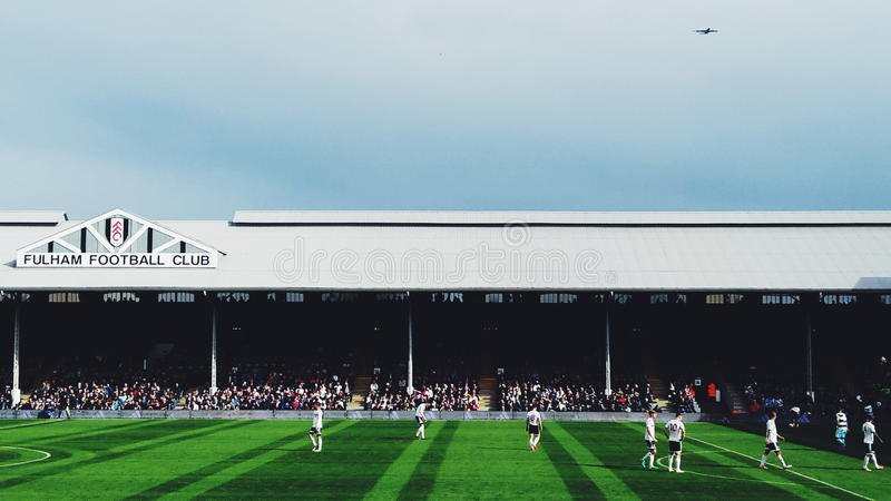 Εξοχικό σπίτι Fulham Craven εναντίον QPR που χαρακτηρίζει ένα αεροπλάνο στοκ εικόνα με δικαίωμα ελεύθερης χρήσης