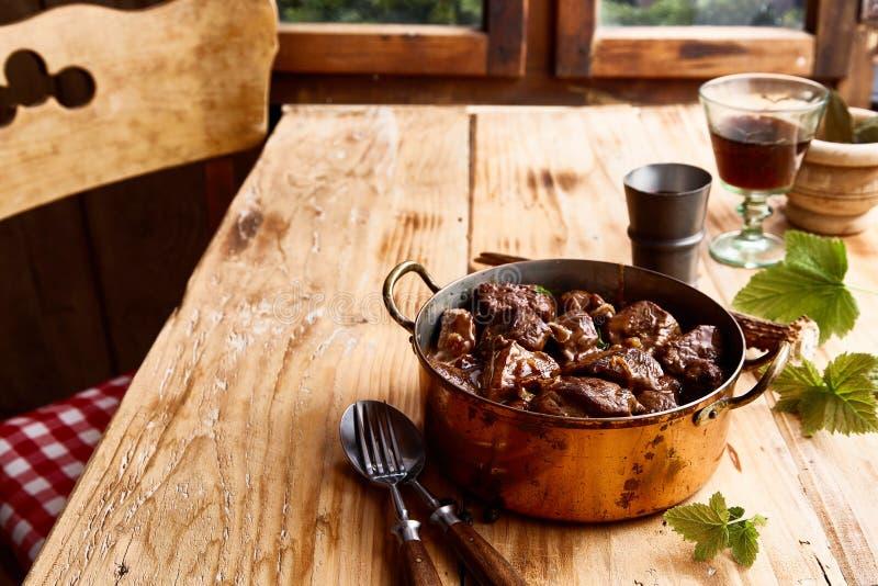 Εξυπηρέτηση νόστιμο venison goulash ελαφιών σε ένα δοχείο στοκ εικόνα με δικαίωμα ελεύθερης χρήσης