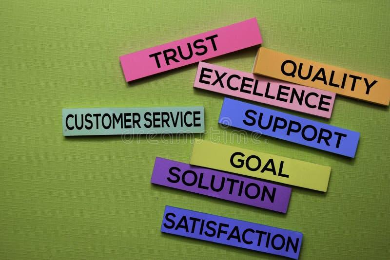 Εξυπηρέτηση πελατών, εμπιστοσύνη, ποιότητα, τελειότητα, υποστήριξη, στόχος, λύση, κείμενο ικανοποίησης στις κολλώδεις σημειώσεις  στοκ φωτογραφίες με δικαίωμα ελεύθερης χρήσης