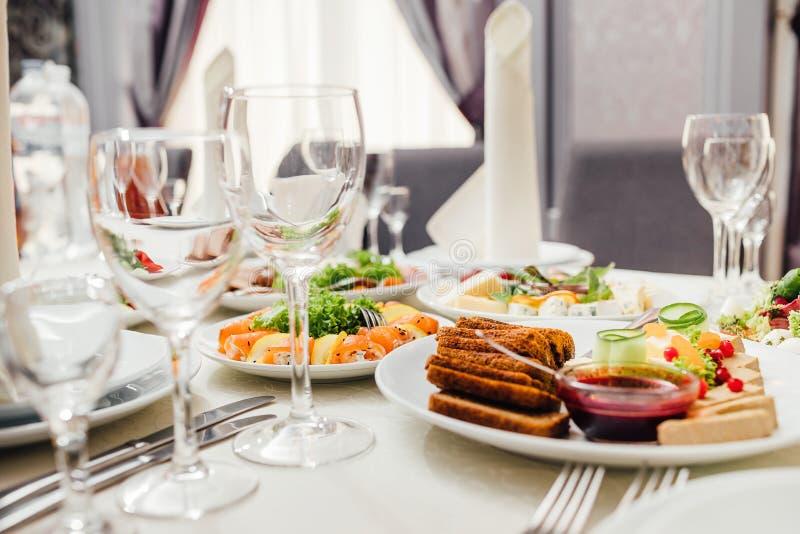 Εξυπηρετούμενα πιάτα στον πίνακα για τις διακοπές στοκ εικόνα
