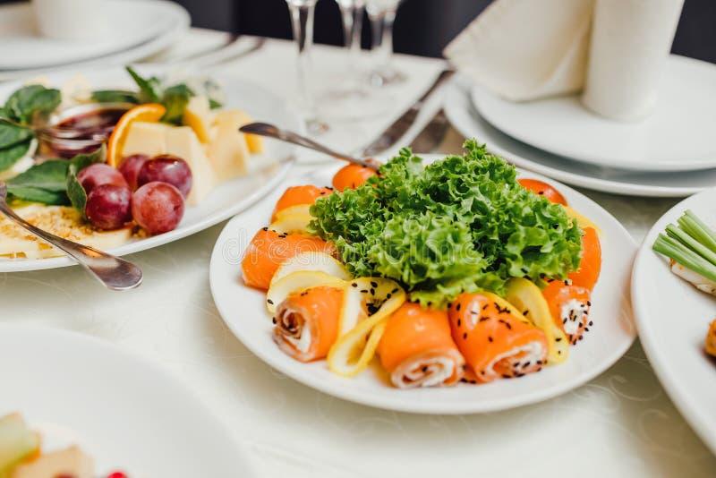 Εξυπηρετούμενα πιάτα στον πίνακα για τις διακοπές στοκ φωτογραφίες
