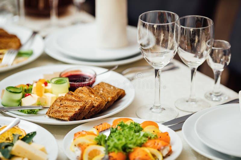 Εξυπηρετούμενα πιάτα στον πίνακα για τις διακοπές στοκ εικόνες