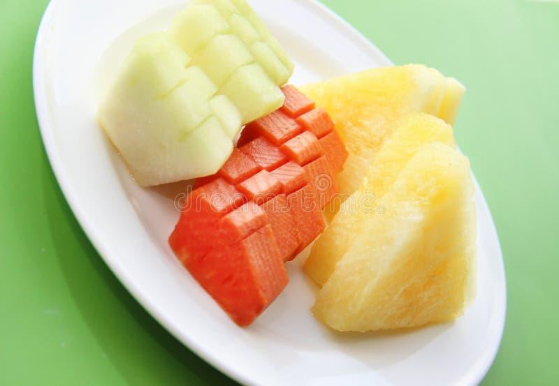 Εξυπηρετούμενα φρέσκα ακατέργαστα τροπικά φρούτα στο πιάτο στοκ φωτογραφίες με δικαίωμα ελεύθερης χρήσης