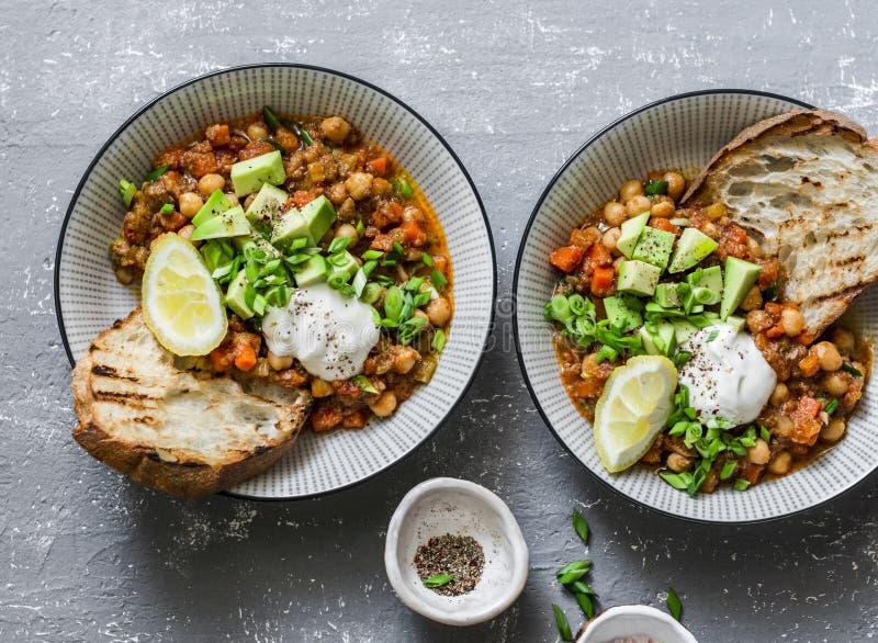 Εξυπηρετούμενο chickpea βούβαλων μεσημεριανού γεύματος χορτοφάγο τσίλι με τα μανιτάρια σε ένα γκρίζο υπόβαθρο, τοπ άποψη υγιής χο στοκ φωτογραφία με δικαίωμα ελεύθερης χρήσης