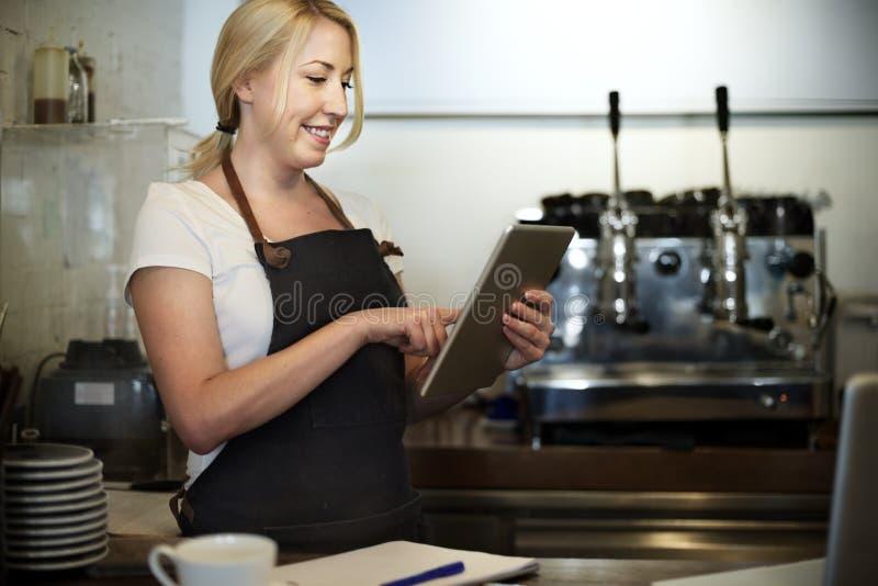 Εξυπηρετώντας έννοια καφέδων εξυπηρέτησης πελατών προσωπικού υπηρεσιών στοκ εικόνα