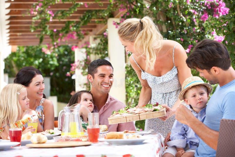 Εξυπηρετώντας γεύμα γυναικών σε δύο οικογένειες στοκ εικόνες