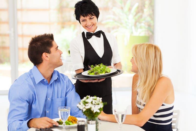 Εξυπηρετώντας πελάτες σερβιτορών στοκ εικόνες