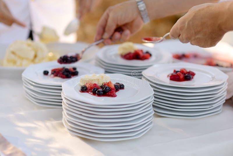 Εξυπηρετώντας πιάτα σερβιτόρων με το επιδόρπιο στοκ φωτογραφία με δικαίωμα ελεύθερης χρήσης