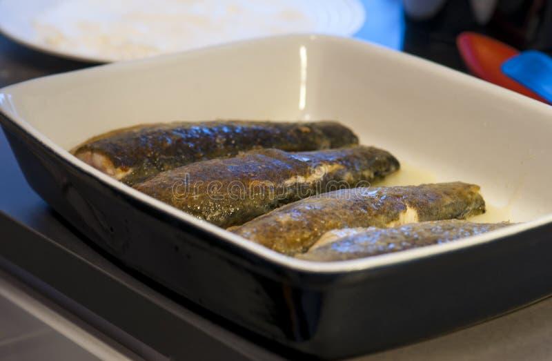 Εξυπηρετώντας πιάτο με την πέστροφα ουράνιων τόξων στοκ φωτογραφίες