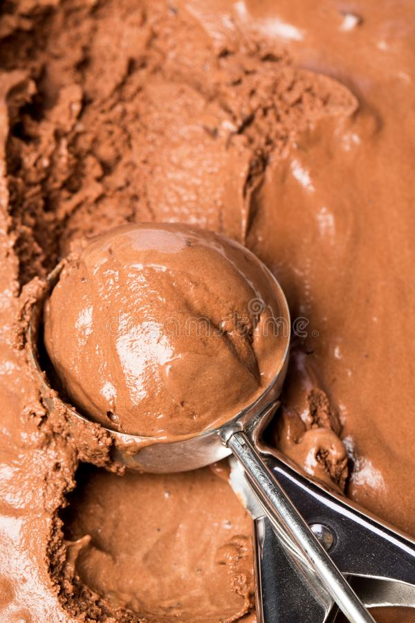 Εξυπηρετώντας φρέσκο παγωτό σοκολάτας στοκ εικόνα με δικαίωμα ελεύθερης χρήσης