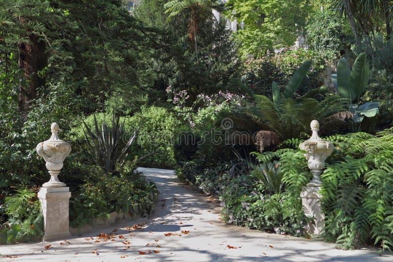 εξωραΐστε τα καλλιτεχνικά σκιερά αγάλματα παρόδων στοκ φωτογραφία με δικαίωμα ελεύθερης χρήσης