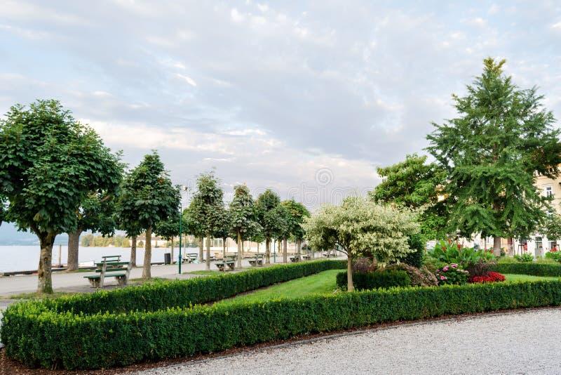Εξωραϊσμός του αναχώματος της πόλης με τα τακτοποιημένους δέντρα, τους θάμνους και τα κρεβάτια λουλουδιών στοκ φωτογραφία με δικαίωμα ελεύθερης χρήσης