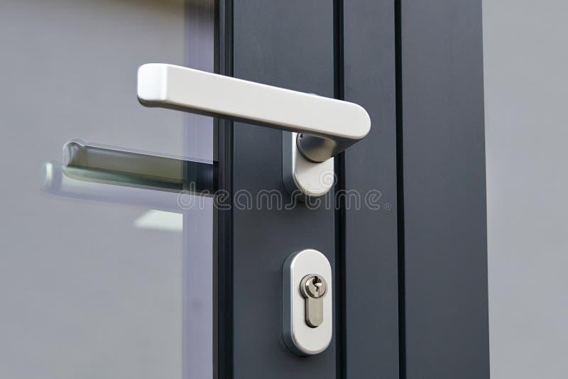 Εξωτερικές λαβή πορτών και κλειδαριά ασφάλειας στοκ εικόνες με δικαίωμα ελεύθερης χρήσης