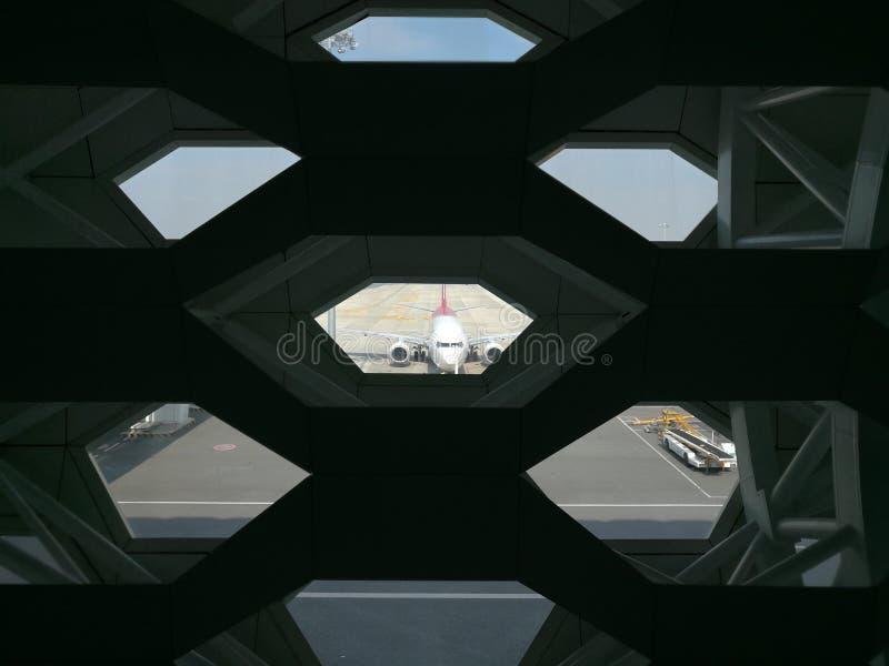 Εξωτερική άποψη από τον εσωτερικό στο διεθνή αερολιμένα Shenzhen Baoan στοκ εικόνα