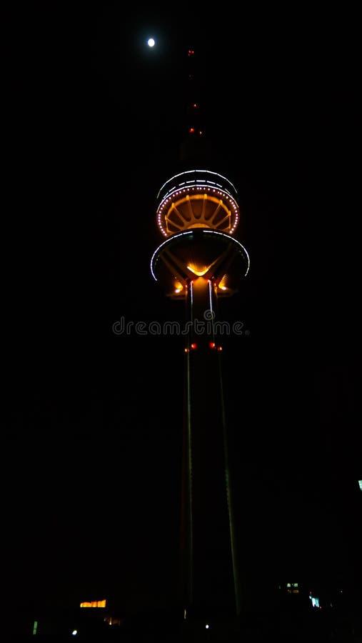 Εξωτερική άποψη νύχτας στον πύργο απελευθέρωσης aka πύργων τηλεπικοινωνιών του Κουβέιτ, Κουβέιτ στοκ εικόνες