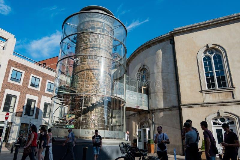 Εξωτερική άποψη της εκκλησίας με τα sprial σκαλοπάτια γυαλιού στοκ εικόνες