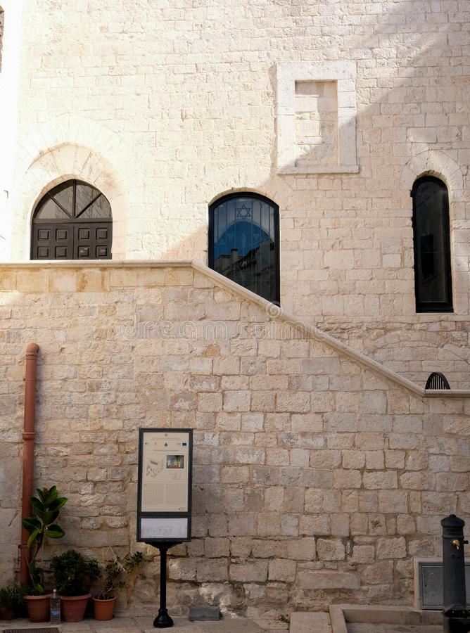 Εξωτερική άποψη της συναγωγής Scolanova σε Trani Όταν οι Εβραίοι αποβλήθηκαν στους Μεσαίωνες η συναγωγή έγινε μια εκκλησία στοκ φωτογραφία