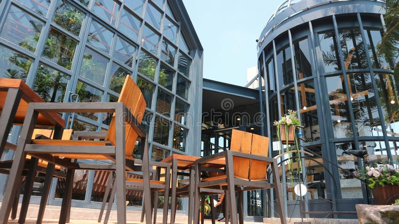 Εξωτερική άποψη του σύγχρονου εστιατορίου και του πεζουλιού του στοκ φωτογραφία με δικαίωμα ελεύθερης χρήσης
