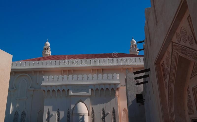 Εξωτερική άποψη Sheikh Isa στο σπίτι Al Khalifa του Ali δοχείων και το μουσουλμανικό τέμενος, Manama, Μπαχρέιν στοκ εικόνα