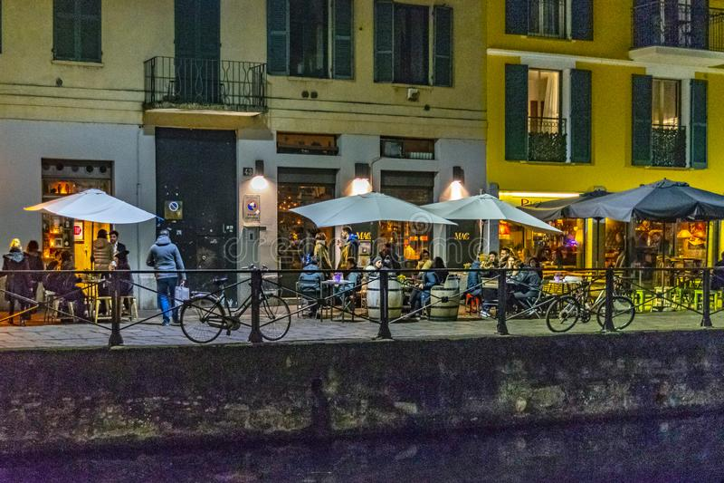 Εξωτερική πρόσοψη εστιατορίων σκηνής νύχτας στην περιοχή navigli στοκ φωτογραφία με δικαίωμα ελεύθερης χρήσης