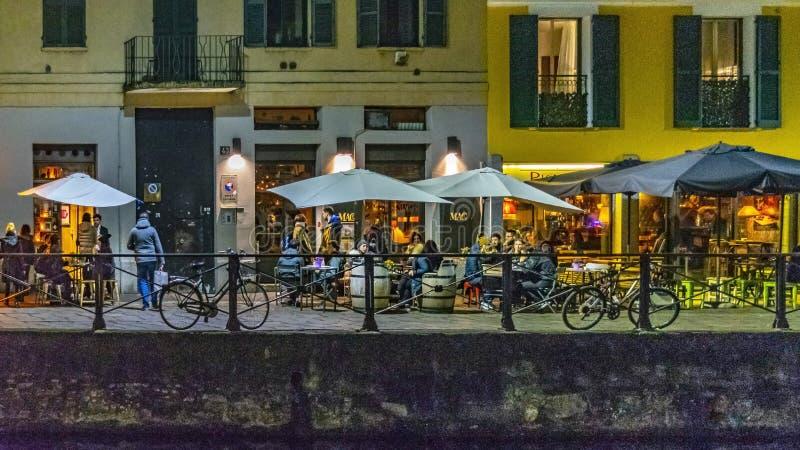 Εξωτερική πρόσοψη εστιατορίων σκηνής νύχτας στην περιοχή navigli στοκ φωτογραφίες