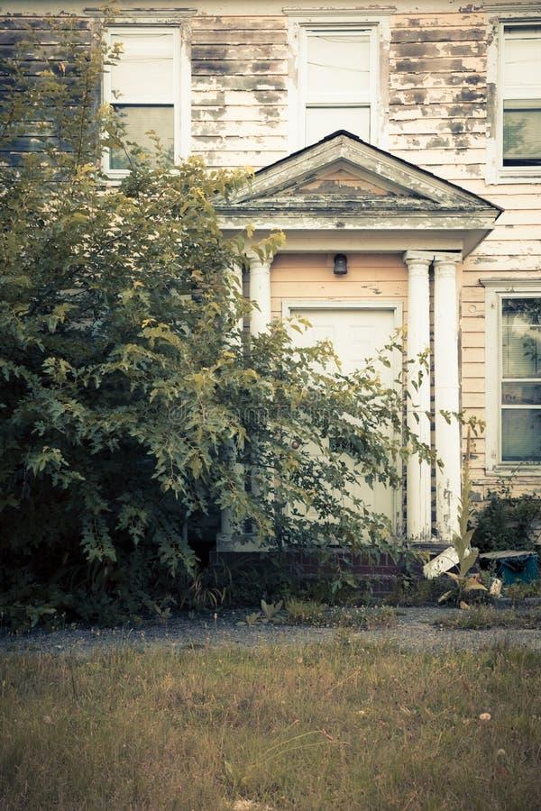 Εξωτερική πρόσοψη στο εγκαταλειμμένο αποκλειμένο σπίτι στοκ φωτογραφίες