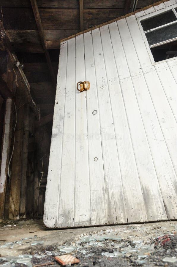 Εξωτερική πόρτα σιταποθηκών στην ερείπωση στοκ φωτογραφία
