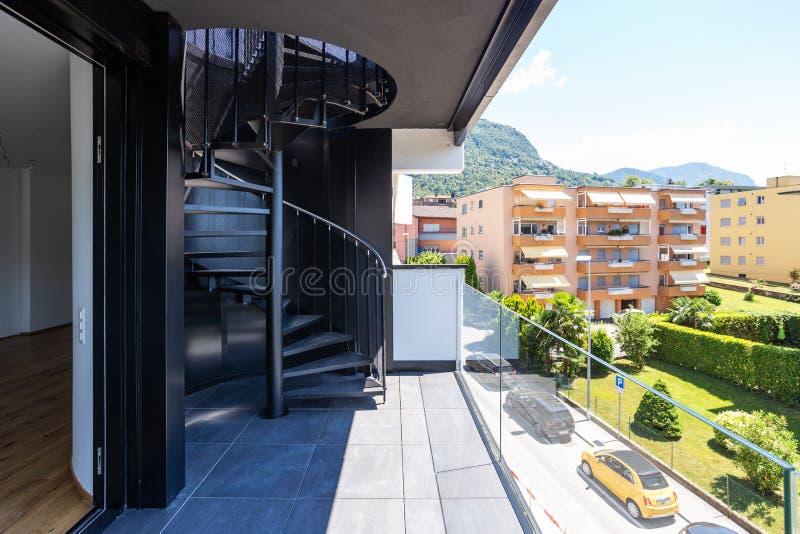 Εξωτερική σπειροειδής σκάλα στο ιδιωτικό διαμέρισμα στο τελευταίο όροφο, κανένας στοκ φωτογραφία