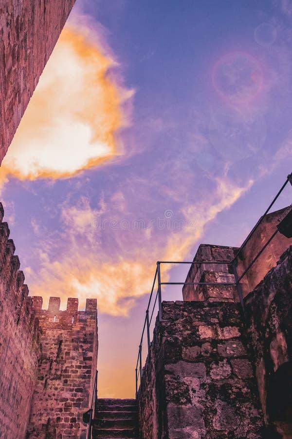Εξωτερικοί τοίχος και πύργοι του Σάο Jorge Castle Λισσαβώνα Πορτογαλία στοκ εικόνα