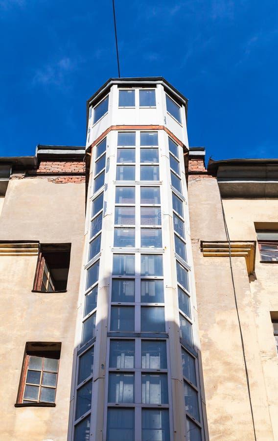 Εξωτερικός ανελκυστήρας, χαρακτηριστικός για την Άγιος-Πετρούπολη στοκ φωτογραφία
