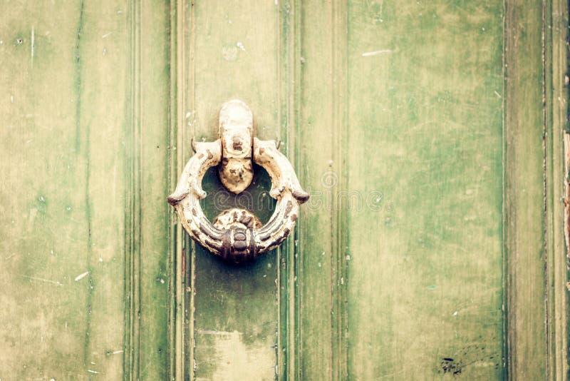 Εξωτερικός εκλεκτής ποιότητας κύκλος μετάλλων ρόπτρων πορτών σε μια πόρτα ενός αρχαίου κτηρίου στην Κατάνια, Σικελία, Ιταλία στοκ φωτογραφία με δικαίωμα ελεύθερης χρήσης