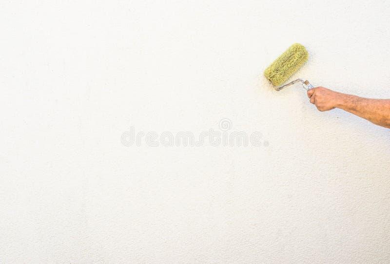 Εξωτερικός τοίχος ζωγραφικής ζωγράφων νέος με τη βούρτσα χρωμάτων στοκ φωτογραφία με δικαίωμα ελεύθερης χρήσης