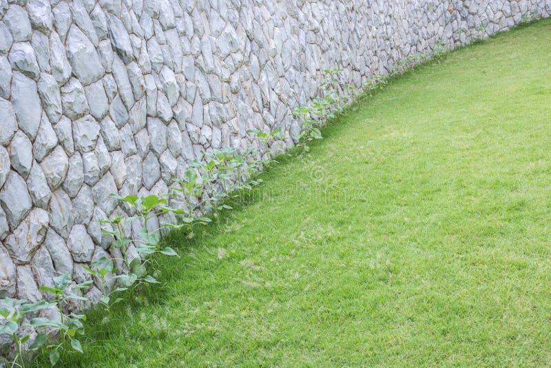 Εξωτερικός τοίχος πετρών διακοσμητικός στον κήπο στοκ εικόνα με δικαίωμα ελεύθερης χρήσης