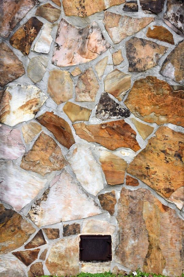 Εξωτερικός τοίχος σωρών καπνοδόχων βράχου με την πόρτα μετάλλων στοκ φωτογραφία με δικαίωμα ελεύθερης χρήσης