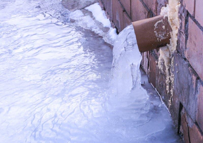 Εξωτερικό βύσμα νερού που στάζει και που παγώνει με τα μέρη του πάγου στοκ εικόνα