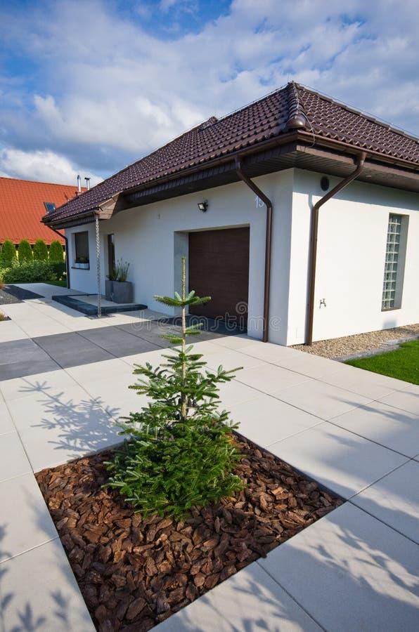 Εξωτερικό ενός σύγχρονου σπιτιού με την κομψή αρχιτεκτονική στοκ εικόνες