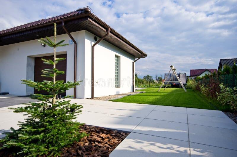 Εξωτερικό ενός σύγχρονου σπιτιού με την κομψή αρχιτεκτονική στοκ φωτογραφία με δικαίωμα ελεύθερης χρήσης