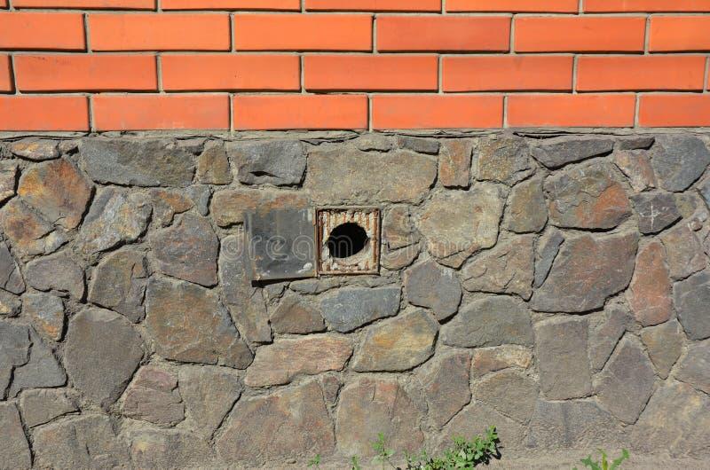 Εξωτερικό συστημάτων εξαερισμού τοίχων ιδρύματος σπιτιών Εγκατάσταση συστημάτων εξαερισμού γκαράζ υπαίθρια Διέξοδοι ιδρύματος στοκ εικόνες
