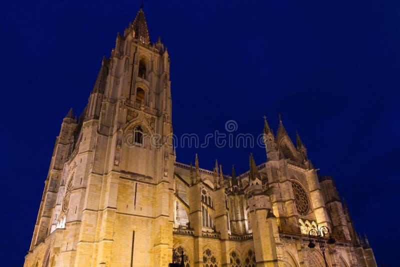 Εξωτερικό του καθεδρικού ναού του Leon στο σούρουπο στοκ φωτογραφία