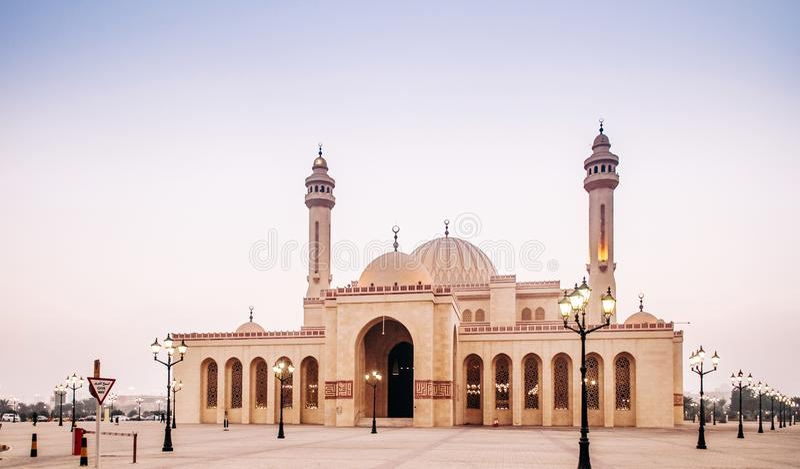 Εξωτερικό του μεγάλου μουσουλμανικού τεμένους Al Fateh το βράδυ manama του Μπαχρέιν στοκ εικόνες